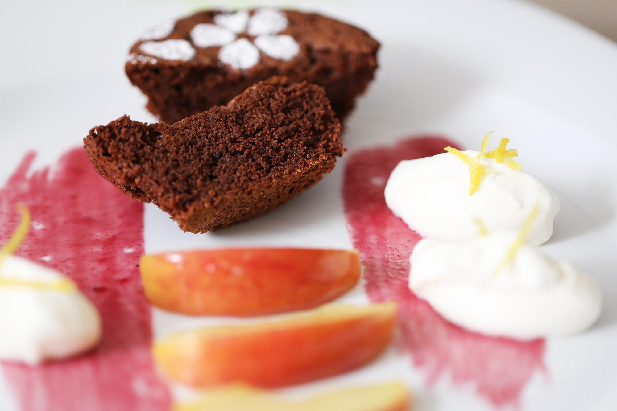Schokoladentörtchen an glasierten Apfel/ Birnenspalten mit Schmandsahne und Aroniagelee