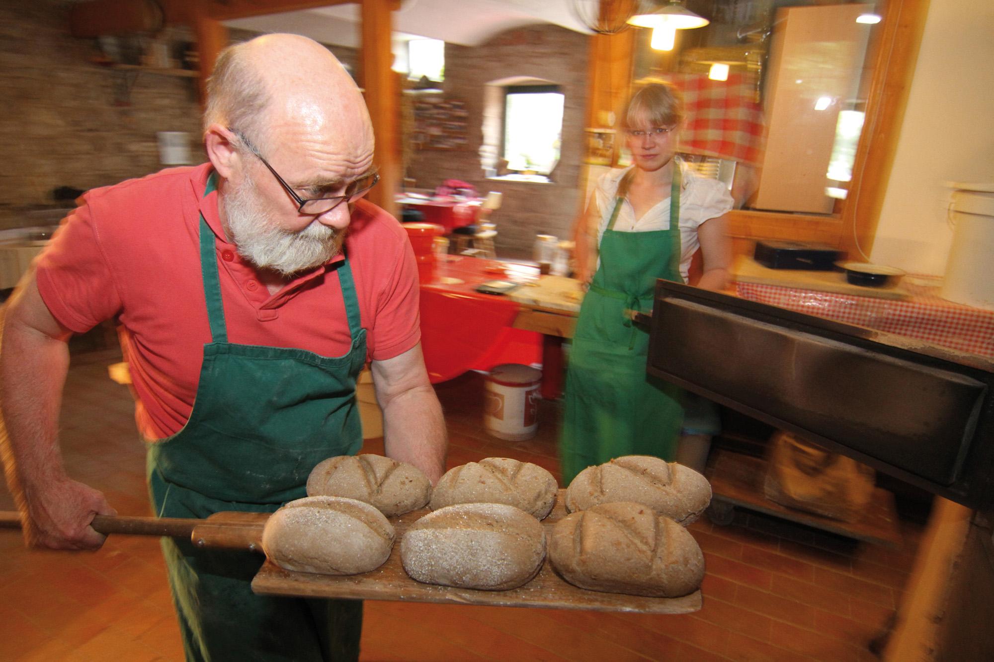 Frisches Brot backen im Hofladen Nr. 5 Kleinromstedt, Weimarer Land | Foto: Uwe Germar
