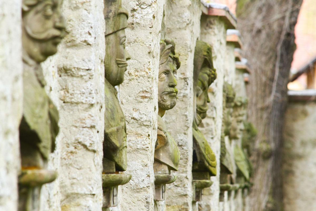 Büsten in der Mauer im Schlosspark Kromsdorf |© Uwe Germar
