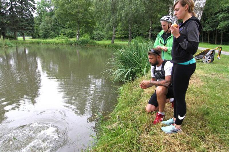 In Tannroda springen die Karpfen fast aus dem Teich, wenn man sie füttert.