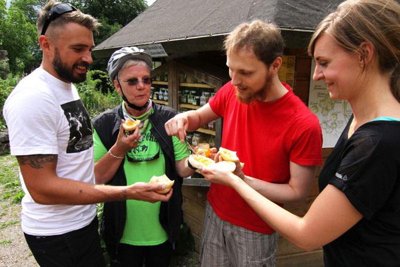 Im Bienengarten vor Schloss Tonndorf kann man verschiedene Honige kaufen.