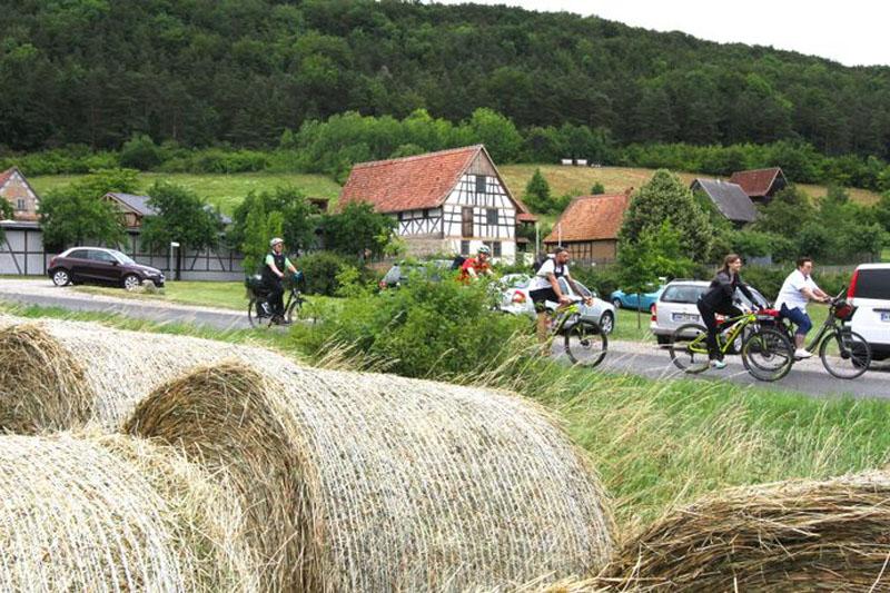 Den Alltag der Menschen in vergangenen Jahrhunderten im Kopf, radeln wir wieder zurück zum  Stausee Hohenfelden.