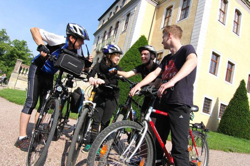 Mit Sophie, Marcus und Philip spreche ich vor Schloss Ettersburg noch einmal die Details der Runde durch.