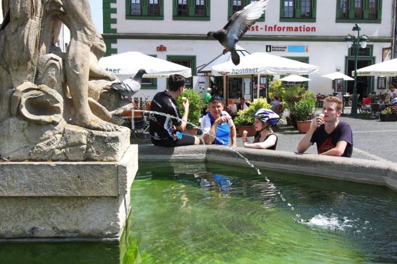 Ein erfrischendes Eis am Marktbrunnen von Weimar. Im Hintergrund die Tourist-Information.
