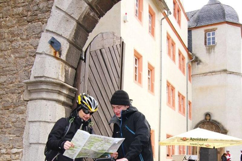 Klassik Runde Weimarer Land Beim Start am Eingang zu Schloss Kromsdorf wirft Anne noch einen Blick auf die Karte