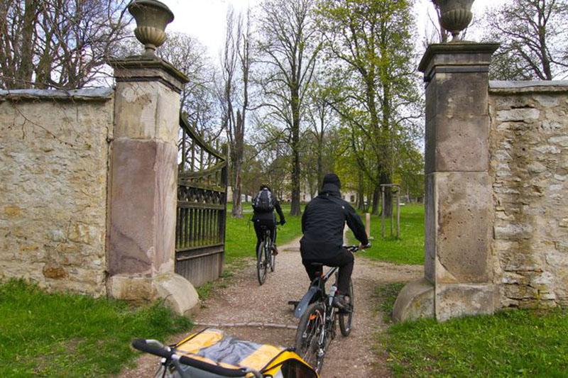Klassik Runde Weimarer Land Über den Parkeingang fahren wir wieder auf das Schlossgelände von Kromsdorf.