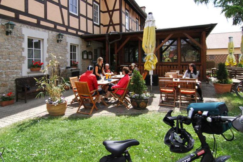 Im Unterdorf von Großobringen lädt das Schlemmergut zu einer Rast in den Biergarten ein.