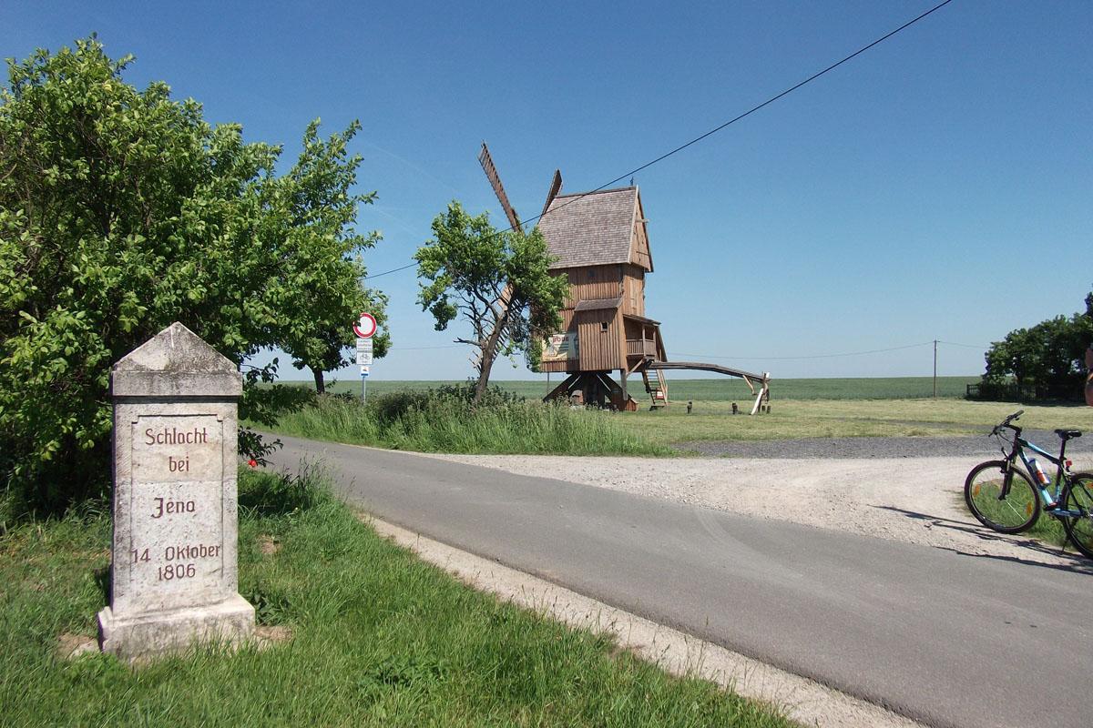 Bockwindmühle und Gedenkstein bei Krippendorf | © WLT