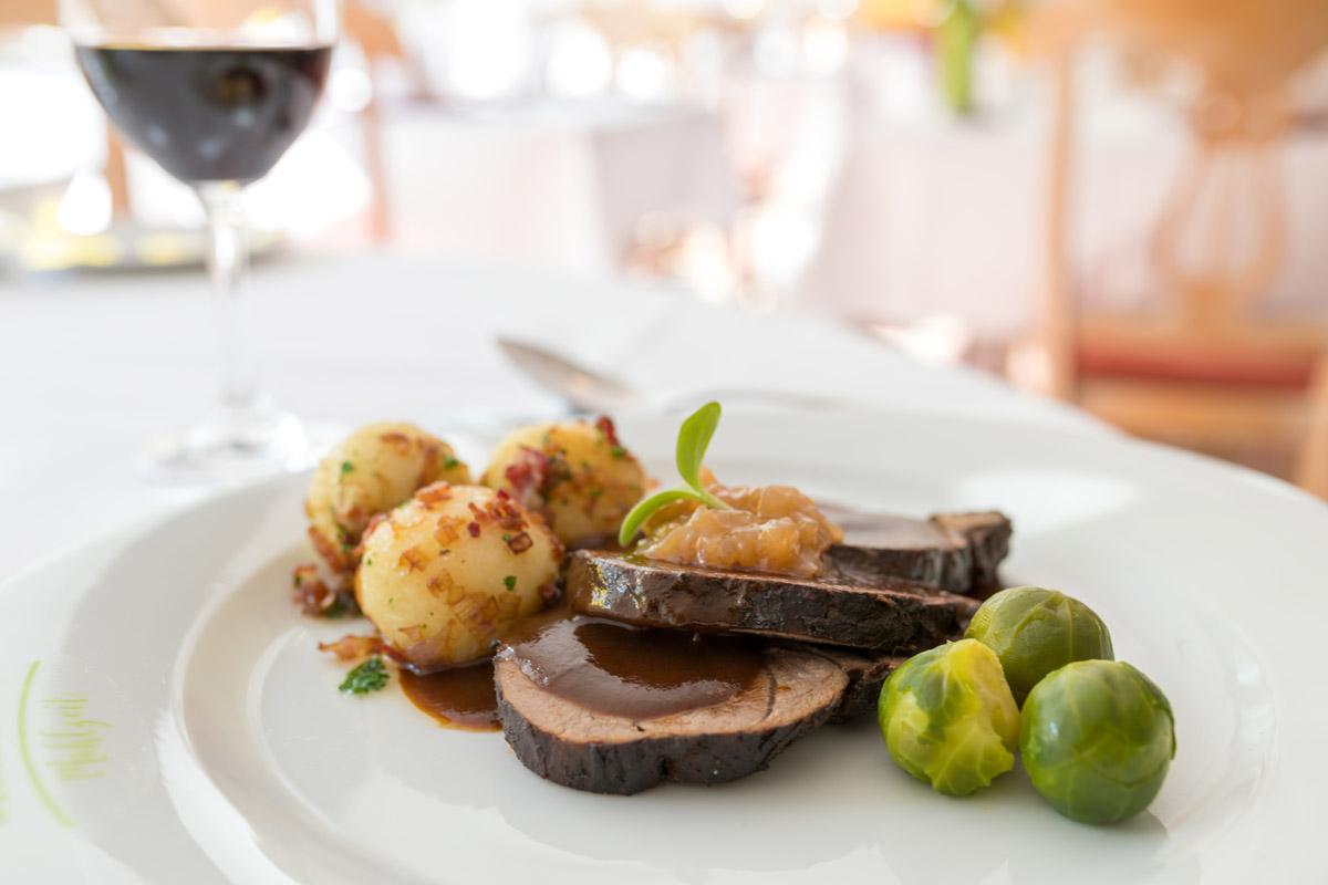 Rehkeule in Rotweinsauce mit Birnenchutney und Hüllerchen