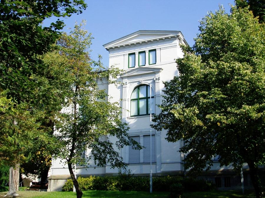 Das Bild zeigt das Museumsgebäude von außen, Straßenansicht.