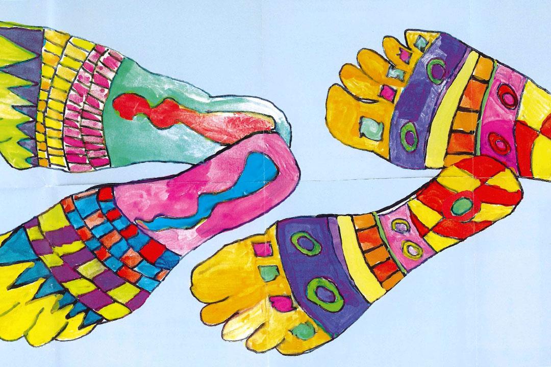 bunte Füße anlässlich der Hundertwasser-Ausstellung